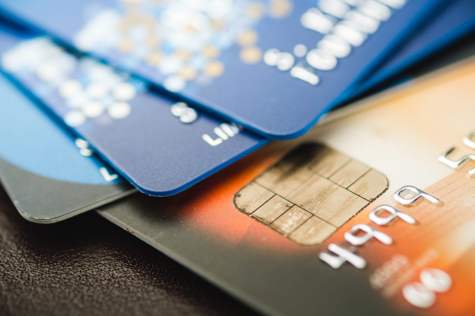 Jak działa karta debetowa i jak z niej mądrze korzystać?